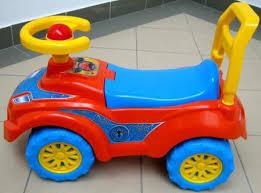 Veszélyes etetőszékeket, bébikompokat, játszőszőnyegeket, játékrollereket, kismotorokat, plüssjátékokat vontak ki a forgalomból